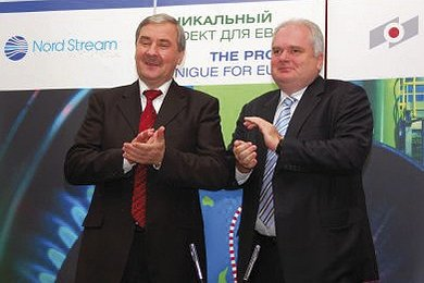 Matthias Warnig and Vladimir Markin celebrating the contract between OMK and Nord Stream